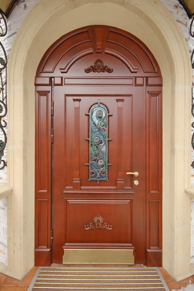 входная дверь в дом арочного типа